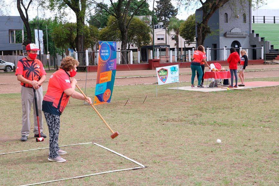 Adultos mayores practican golf croquet en el parque Quiros