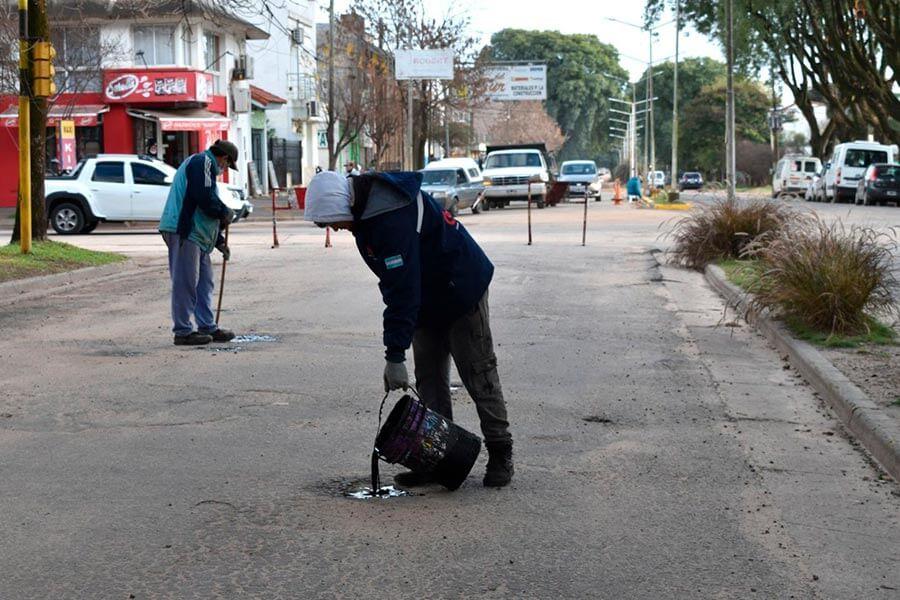 Se realiza bacheo urbano y perfilado de calles