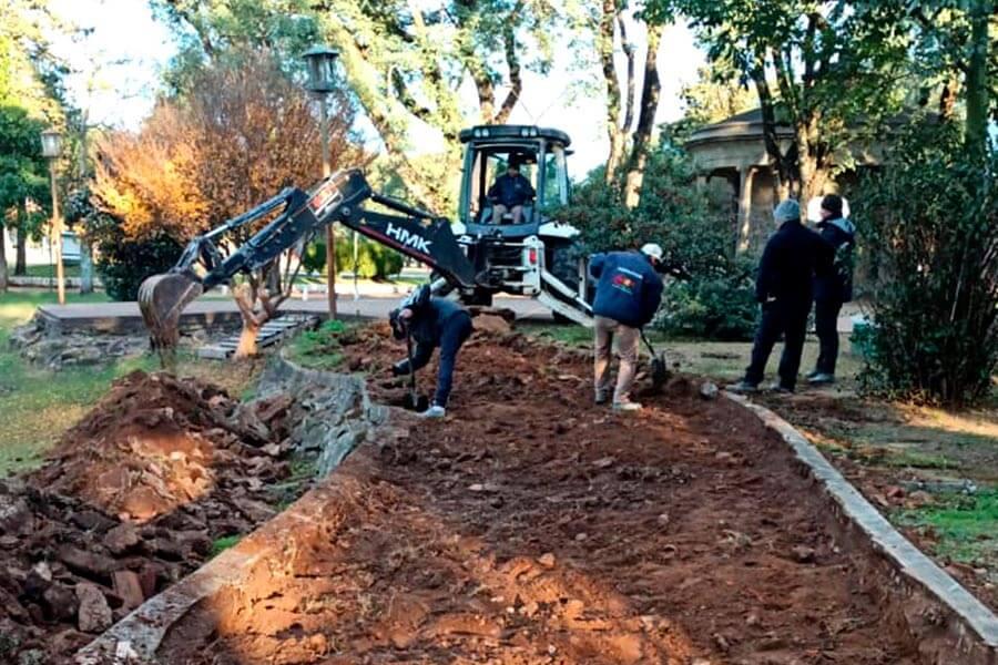 Se reconstruye una vereda y se hará un nuevo tramo de balaustrada en el Parque Quirós