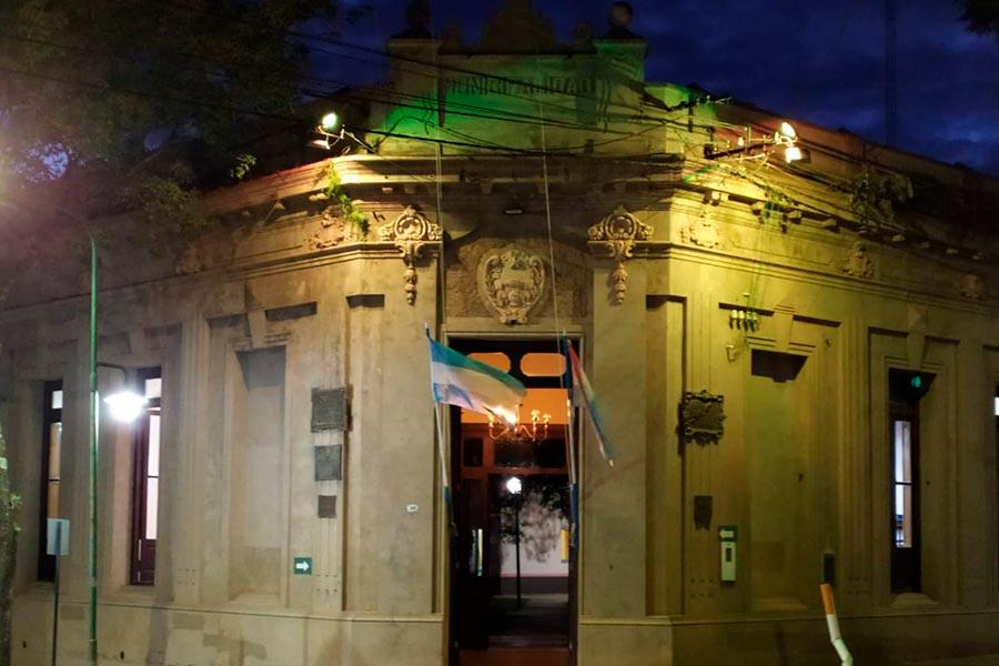 Se ilumina cada día de un color diferente el edificio municipal de Colón