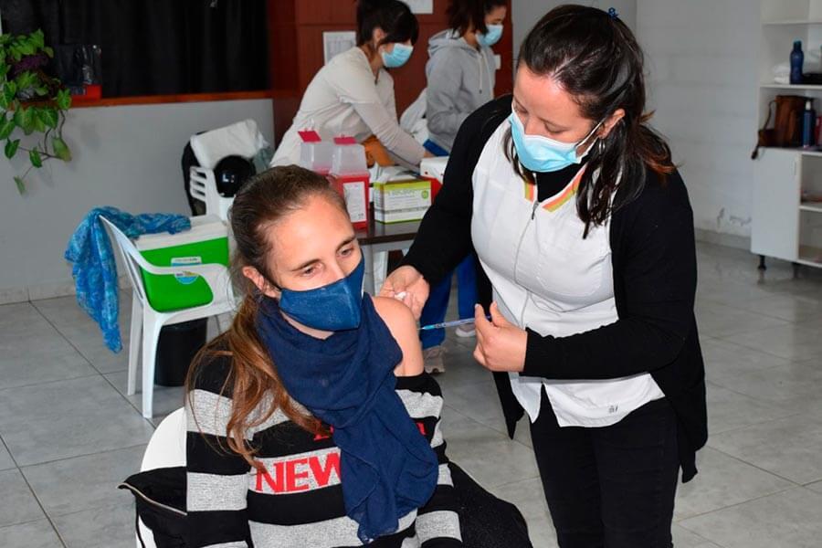 Comenzó la vacunación a docentes y no docentes en el CIC de El Ombú