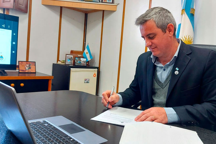 José Luis Walser firmó el convenio para construir veredas por más de $30 millones