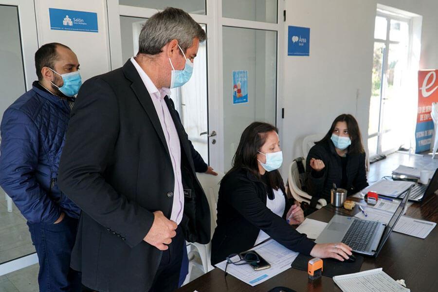 José Luis Walser visitó el CIC para saludar a las vacunadoras en su día
