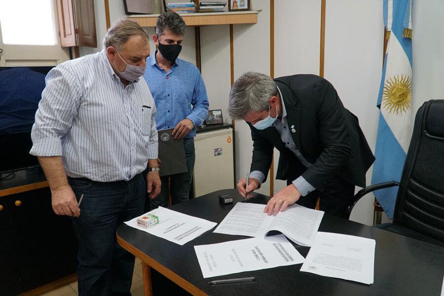 Se firmó el contrato de obra e iniciaron los trabajos para pavimentar Boulevar Ferrari de Colón