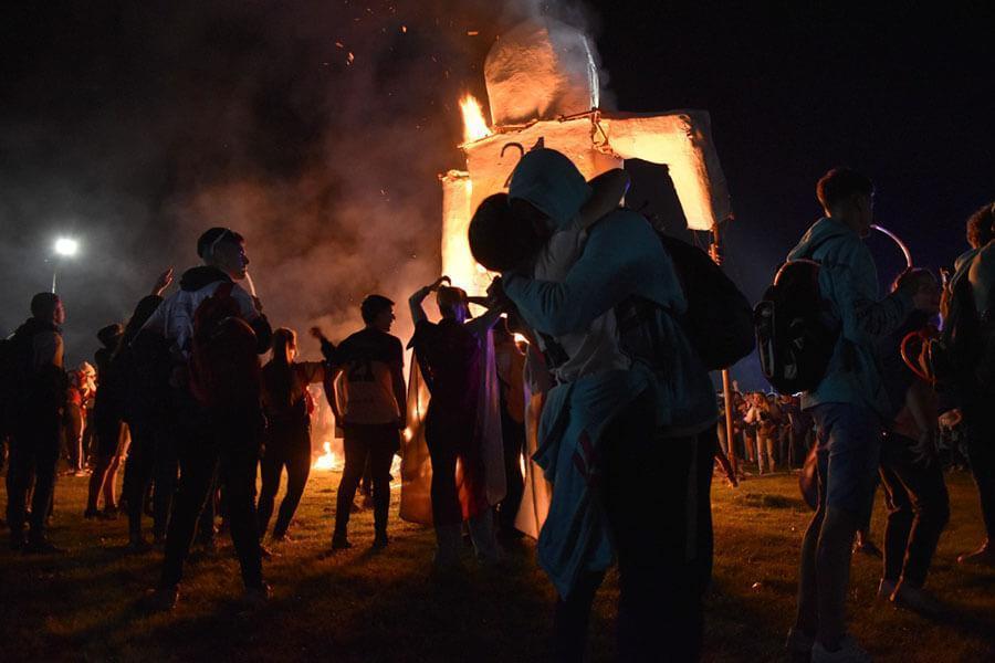 La promoción estudiantil 2021 de Colón vivió la quema del muñeco