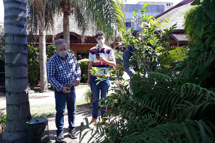El jurado recorre los jardines que participan de la segunda edición del concurso