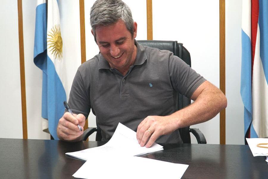 José Luis Walser firmó el convenio para construir 72 viviendas por $384 millones en Colón